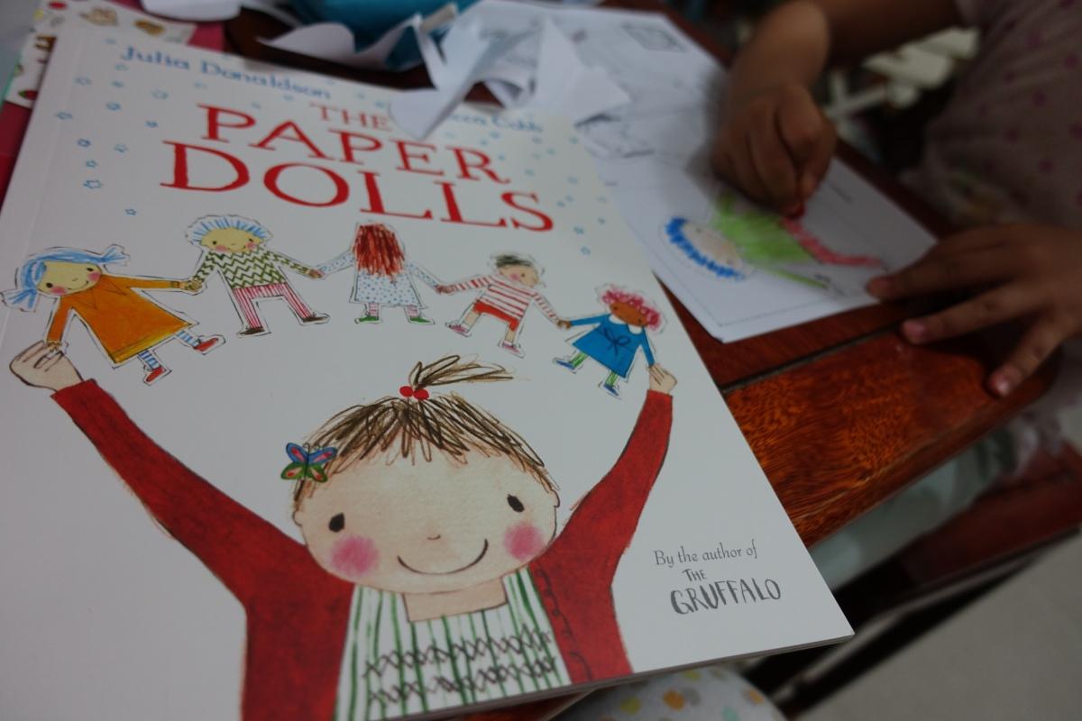 小女孩溫熱的記憶:讀《The Paper Dolls》